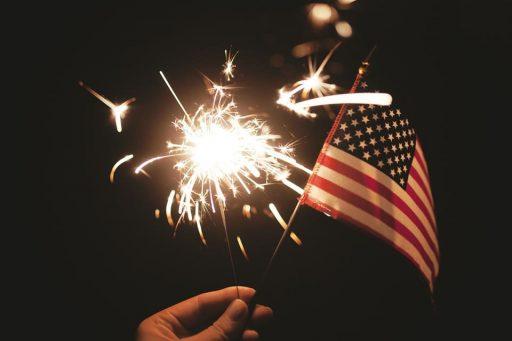 lucecita y bandera de Estados Unidos para celebrar un día feriado